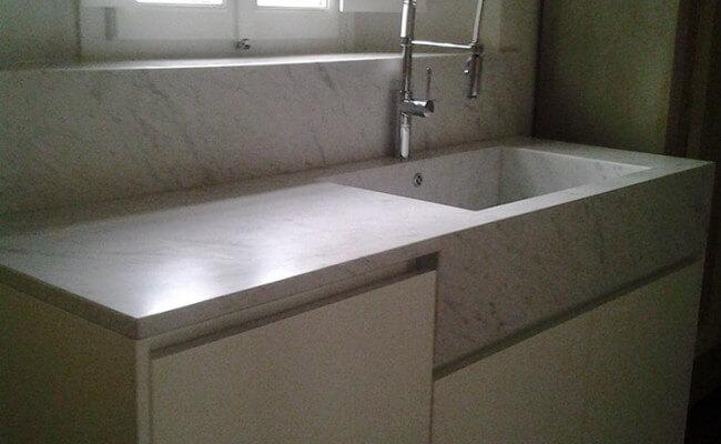 Piano-cucina-in-Bianco-carrara-spazzolato-in-opera-con-relativa-rubinetteria