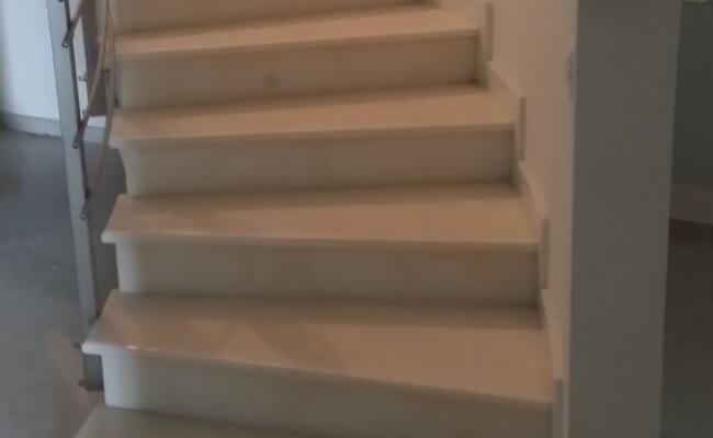 Scala-curva-classica-completa-di-corrimano-in-marmo-Acquabianca